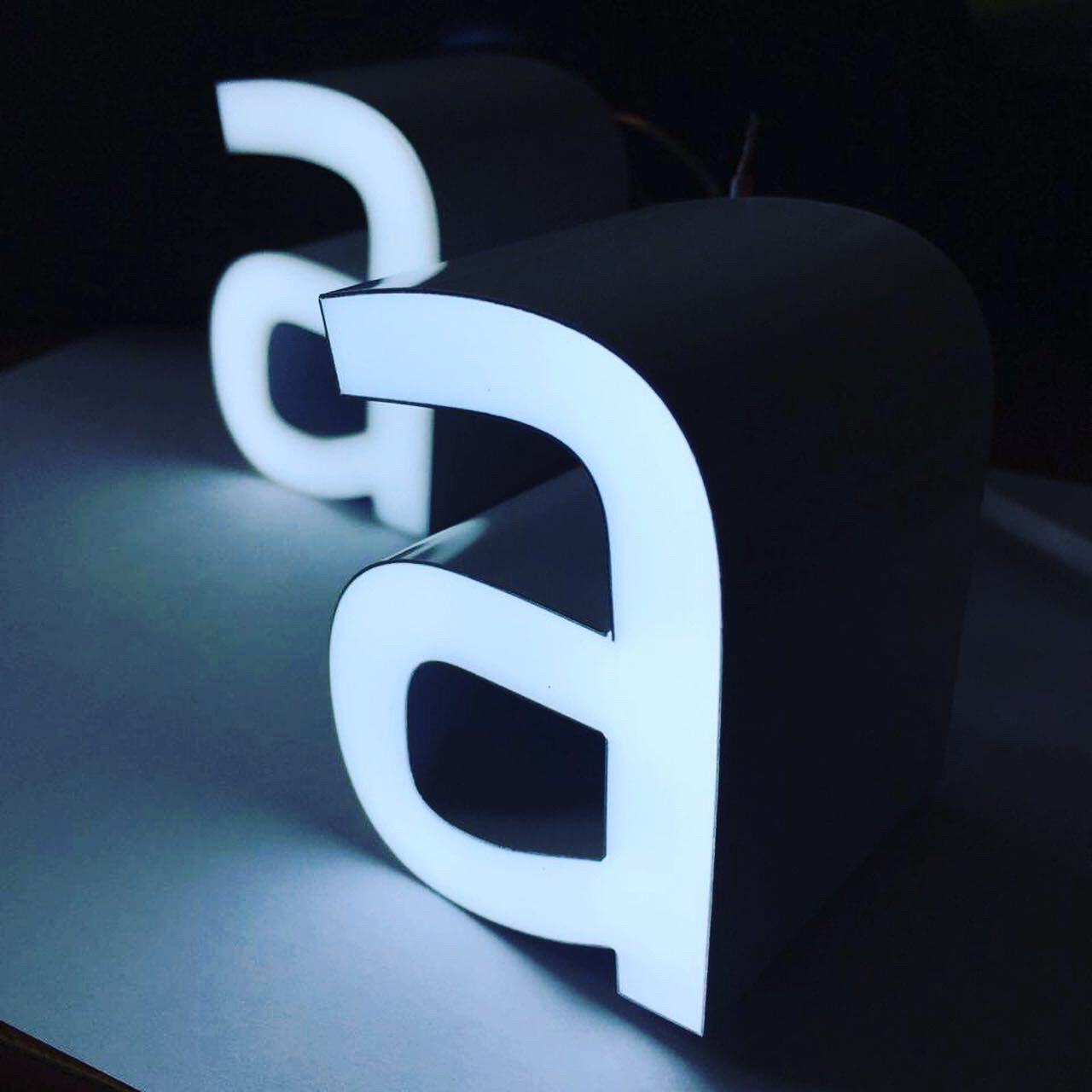 Яркие вывески, вывески из алюминия, долговечные вывески, акрловые вывески, инновационные вывески, современные вывески, новые технологии производства вывесок, световые буквы, световые вывески, светодиодные вывески